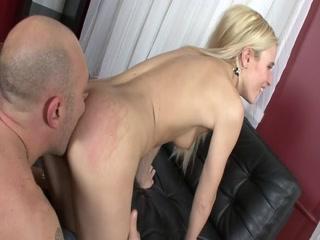 Молодой парень трахает русскую девушку с большими сиськами