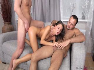Русское порно с анальным сексом двух молодых людей и девушки-блондинки дома