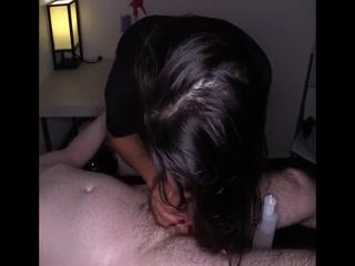 Азиатка мастурбирует клиенту пизду, а потом дает