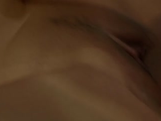 Секс со зрелой женщиной в чулках на диване дома и ее любовник кончает