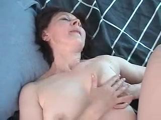 Порно видео со зрелыми женщинами, которые любят сосать хуй