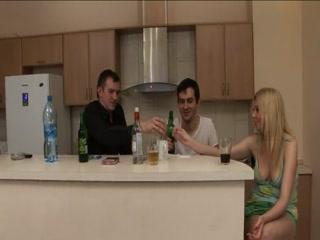 Мужики ебут пьяную женщину в жопу и пизду одновременно