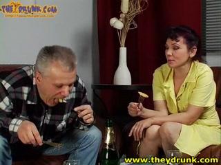 Секс со зрелой блондинкой в чулках на кухне после распит