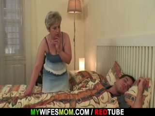 Мама трахает молодого парня в жопу