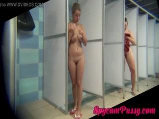 Две лесбиянки занимаются сексом с игрушками дома на полу ванной комнаты  онлайн hd