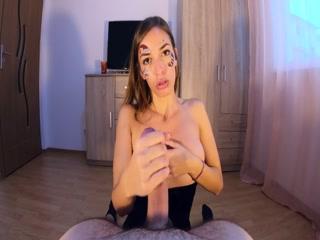 Порно видео онлайн с красивой брюнеткой и ее парнем дома на диване